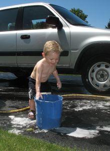 Почистване на кола от дете